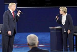 ミズーリ州で開かれた第2回の大統領候補テレビ討論会=AP