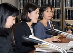 判決後に記者会見する、原告代理人の弁護士ら=11日午後、東京・霞が関の司法記者クラブ