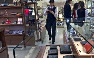 多様な素材の革小物が増えている(大阪市の高島屋大阪店)
