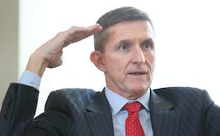 マイケル・フリン前米国防情報局長  退役陸軍中将。一時はトランプ氏の副大統領候補に取り沙汰された。アフガニスタンとイラクの2つの戦争に情報将校として従軍。オバマ政権で、国防総省に属し「DIA」の略称で知られる米情報機関のトップ、国防情報局長に就任した。ただ中東政策で意見が合わず、2014年に解任された。日本政府内ではトランプ氏が大統領になった場合、フリン氏が「それなりの要職に就く」との分析がある。