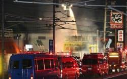 火災があった東京電力の関連施設で続けられる消火活動(12日午後、埼玉県新座市)