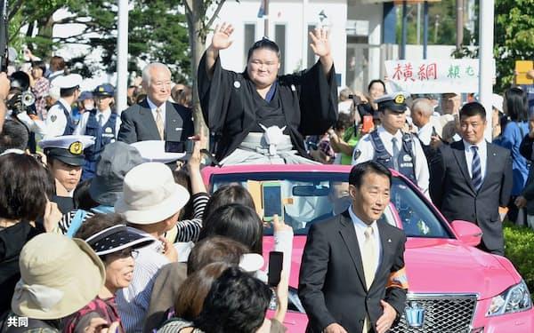 母校の埼玉栄高周辺で行われた優勝パレードで、歓声に応える大関豪栄道関(12日午後、さいたま市)=共同