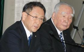 記者会見するトヨタの豊田章男社長(左)とスズキの鈴木修会長(12日午後、東京都文京区)