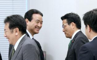 民進党の江田憲司代表代行(中央)