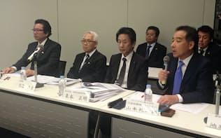 MBOを発表するアデランスの津村佳宏副社長(左から1人目)とインテグラルの山本礼二郎代表取締役(同4人目)(14日午後、東京・大手町)