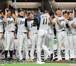 パ・リーグのCSファイナルステージでソフトバンクを下して日本シリーズ進出を決め、大谷翔平投手(11)を迎える日本ハムの栗山秀樹監督=中央左(16日、札幌ドーム)=共同