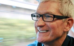 記者の質問に答えるアップルのティム・クックCEO(13日)