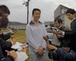 当選から一夜明けて報道陣の取材に応じる米山氏(17日朝、新潟県魚沼市)