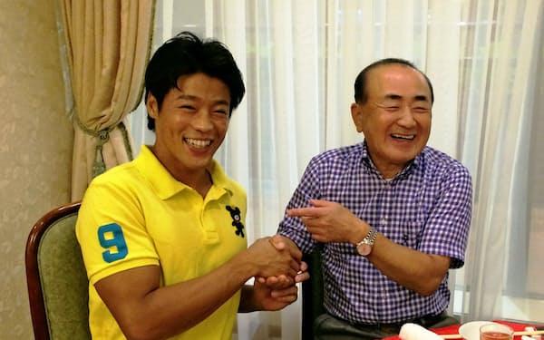 羽根田選手(左)のリオ五輪での健闘をたたえる三起商行の木村社長(9月)