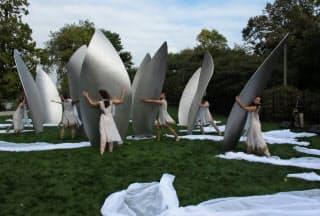 ダンサーによって白い布が取り除かれ、オノさんの作品が姿をみせた(米シカゴ)=野毛洋子撮影