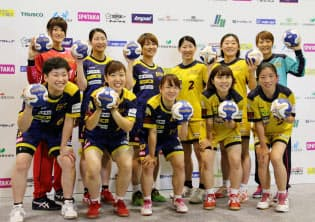 ヘッドコーチ兼任の田中(前列右端)がチームを引っ張る