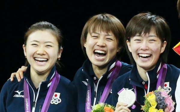 ロンドン五輪の卓球女子団体で銀メダルを獲得した(左から)福原、平野、石川の各選手(2012年)