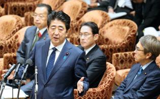 衆院特別委員会で答弁する安倍晋三首相(17日午前)