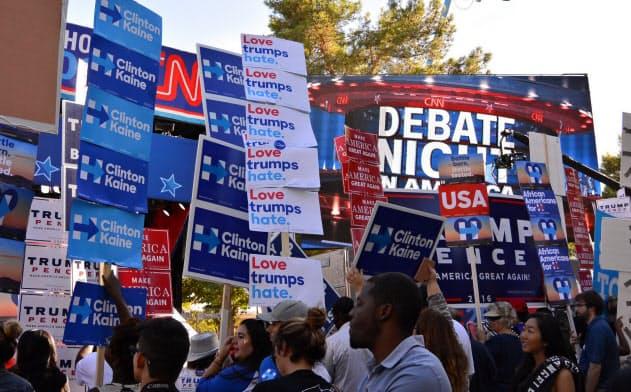 共和党・トランプ氏と民主党・クリントン氏が戦った前回の大統領選挙で討論会の会場周辺に集まった支持者ら。今回の構図は?(2016年10月)