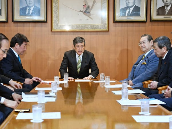 19日、自民党が総裁任期延長を議論した「党・政治制度改革実行本部」の役員会であいさつする本部長の高村副総裁(中央)=共同