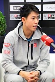 男子テニスのスイス室内の開幕を前に取材に応じる錦織圭(22日、バーゼル)=共同