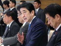 働き方改革実現会議の会合であいさつする安倍首相(24日午後、首相官邸)