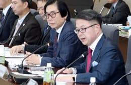 「東京電力改革・1F問題委員会」の会合であいさつする世耕経産相(右)(25日午前、経産省)