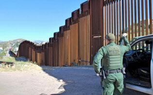 メキシコとの国境フェンス周辺を警戒する国境警備隊員(4日、米アリゾナ州ノガレス)=共同