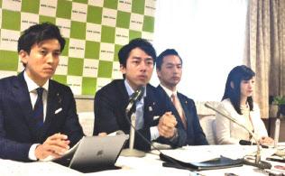 小委員会はグローバル化や技術革新を強く意識して構想を練った(26日、自民党本部、中央が小泉氏)