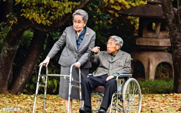 赤坂御用地を散策される三笠宮さまと百合子さま=2015年11月(宮内庁提供)