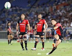 東芝・小川(右)は自らボールをもって走れるSH。日本代表に初招集された=共同