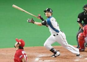 九回裏日本ハム2死、サヨナラ満塁本塁打を放つ西川。手前は投手、広島・中崎(27日、札幌ドーム)