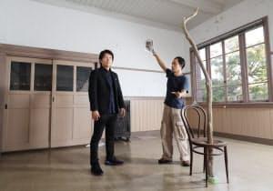美術家の東影智裕(右)が作品を展示する部屋で打ち合わせをする音楽家の薮田翔一(兵庫県たつの市)