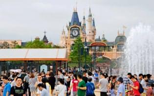 上海ディズニーランドにも多くの人が詰めかけた(10月4日)=共同