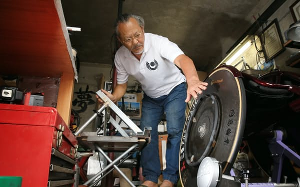 自宅の車庫を改装して、車いす競技のトレーニングマシン製作に励む藤巻進さん(静岡県富士市)