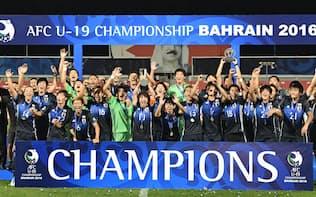 U-19アジア選手権で初優勝し、トロフィーを掲げ喜ぶ日本代表イレブン=共同