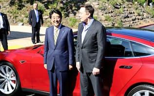 米テスラモーターズ本社で電気自動車「モデルS」に試乗した安倍首相とマスクCEO(2015年4月30日、カリフォルニア州パロアルト)