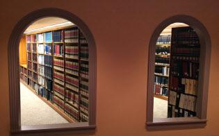 法律事務所ベーカー&ホステトラーの図書室には人の気配がない(ワシントン市)