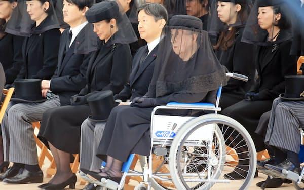 「斂葬の儀」に参列される喪主の百合子さまと皇太子さまら皇族方(4日午前、東京都文京区の豊島岡墓地)