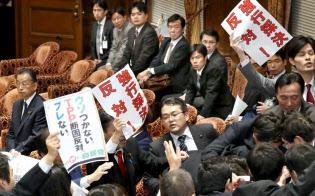 4日午後の衆院TPP特別委の採決の混乱がその後も尾を引いている。