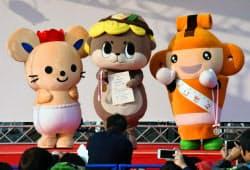 ゆるキャラグランプリで優勝した「しんじょう君」(中央)=共同