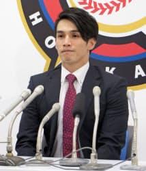 国内FA権を行使することを表明した日本ハムの陽岱鋼外野手(7日、札幌市の球団事務所)=共同