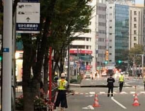 陥没したはかた駅前通り。周辺が封鎖され、多くの朝の通勤客に影響が出た(8日午前、福岡市博多区)