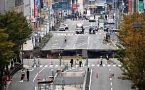 陥没は徐々に拡大した(8日午前、福岡市博多区)