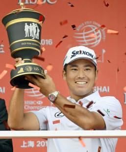HSBCチャンピオンズで優勝を果たし、笑顔でトロフィーを掲げる松山=共同