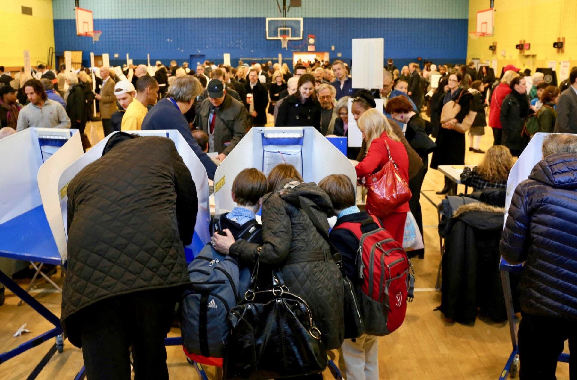 大勢の有権者が訪れたニューヨークの投票所(8日)