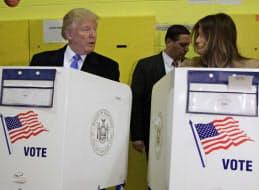 投票所に訪れたトランプ夫妻=AP