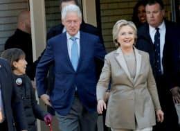 投票所に訪れたクリントン夫妻=ロイター