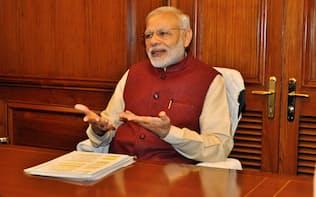 インタビューに応じるインドのモディ首相(9日、ニューデリー)