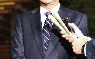 米大統領選の結果を受け、記者の質問に答える安倍首相(9日、首相官邸)
