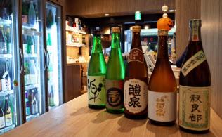 燗酒でも楽しめる日本酒は値段も様々だ(はせがわ酒店・麻布十番店)