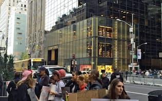 10日、厳戒態勢のトランプ・タワー前で抗議する人びと(ニューヨーク市)