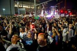 トランプ氏の勝利に抗議してロサンゼルスの路上を埋め尽くしたデモ参加者たち(10日)=ロイター