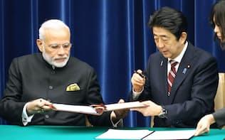 共同声明に署名する安倍首相とインドのモディ首相(11日午後、首相官邸)