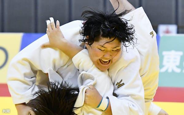 女子78キロ超級決勝 素根輝(下)を破り4連覇を果たした朝比奈沙羅(12日、千葉ポートアリーナ)=共同